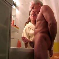 Barnebarnet hjelper bestefaren til å cum