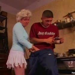 Tysk bestemor knullet av en av barnebarns beste venner