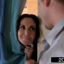 MILF Ava Addams finner en kuk i dusjen