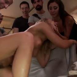 Ung jente opplever en knyttneve i fitta hennes i en orgie