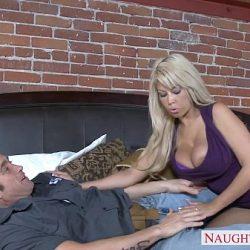 Bridgette B knuller elektrikeren for ikke å betale ham