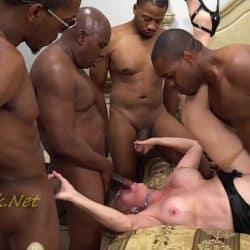 En søt og underdanig blond blir knullet av fire svarte