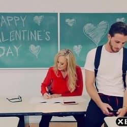 Han klarer å bestå eksamen ved å knulle den sexy læreren sin