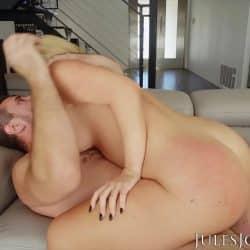 Savannah Bond viser frem store bryster før analsex