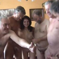 Godta å knulle med seks gamle menn samtidig i bytte for penger