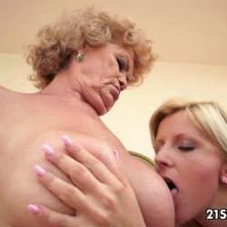 Lesbisk orgasme mellom en kåt bestemor og barnebarnet