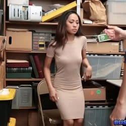Sikkerhetsvakten henter henne stjele fra butikken hans