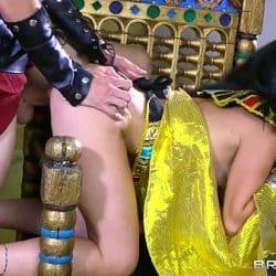 Dronning Kleopatra forfører og knuller hardt med en soldat