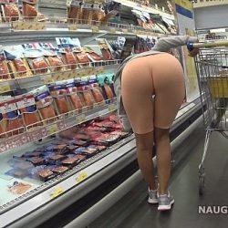 Kona viser seg naken i supermarkedet