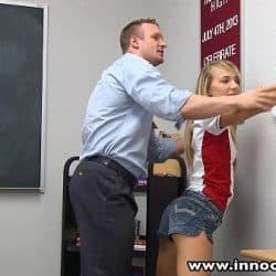 Uskyldig ung jente straffet i klasserommet av læreren sin