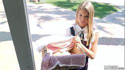 Ung blond jente selger søtsaker og tilbyr sex for å dra på slutten av året