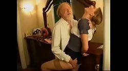 Gubben blir igjen alene med en ung tysk jente og legger hånden på henne