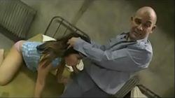 Politimannen mishandler den barmfagre kvinnen på politistasjonen