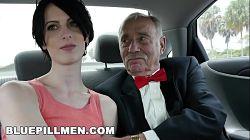 Skruppelløs kvinne har sex med to gamle menn for penger