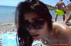 Valentina Nappi jævla på en offentlig strand