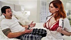 Rødhåret sykepleier med store pupper har sex med pasienten