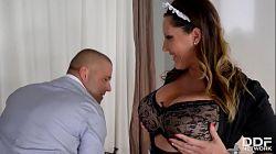 Laura Orsolya og hennes gigantiske bryster blir knullet hardt av Thomas Stone