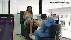 Martina Smith cums på en jente som gjør neglene hennes