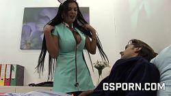 MILF sykepleier rykker meg av med pupper sine