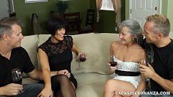 Swinger utveksler partnere på en middag hjemme